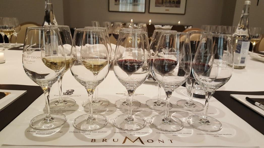 On se prépare pour une dégustation des vins de la Maison Brumont au Ritz Carlton, Montréal. Dégustation des vins de la Maison Brumont. Château Montus La Tyre, Château Bouscassé. Présentation de M. Alain Brumont.