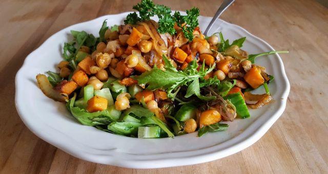 Je viens de me faire une salade tellement bonne que j'avais envie de vous partager la recette que j'ai créée à partir de ce que j'avais chez moi. Il neige… je n'avais pas envie de sortir. Je voulais aussi vous parler de livre, Drawdown, sous la direction de Paul Hawken, et de légumes.